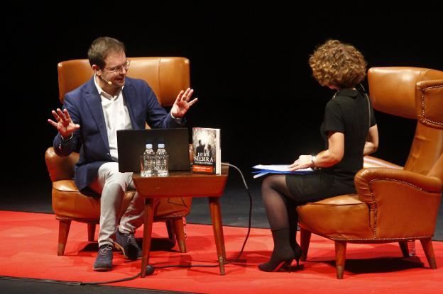 Javier Sierra conversa con Azucena Vence en el Auditorio del Centro Niemeyer