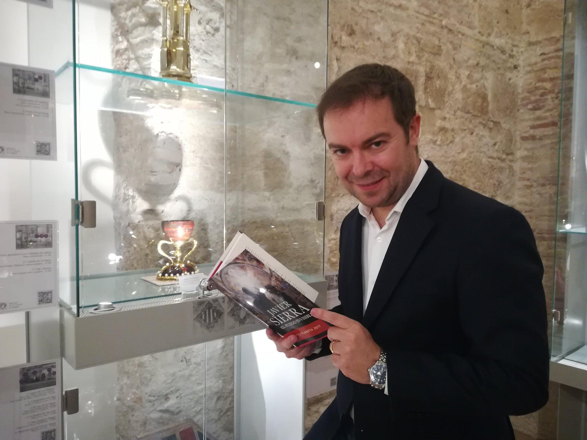 Javier Sierra con el Santo Cáliz de Valencia