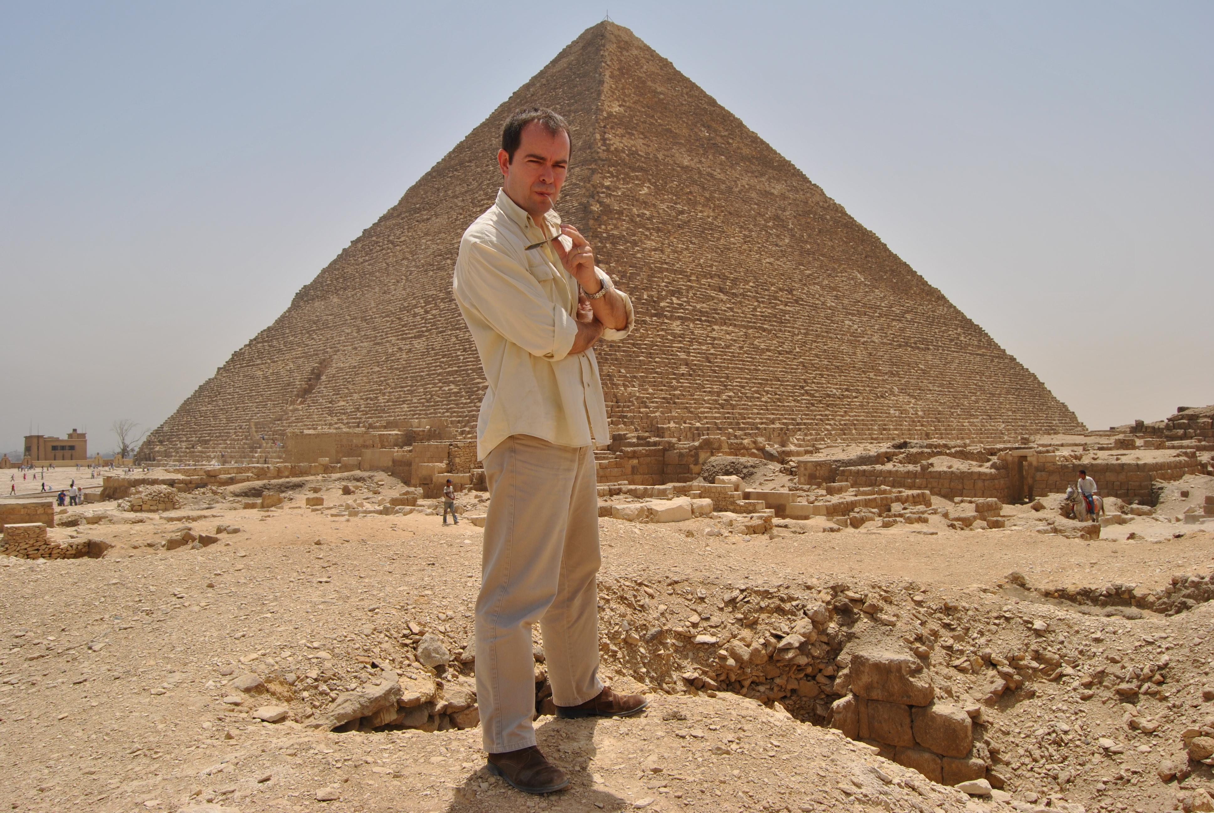 Javier Sierra junto a la Gran Pirámide