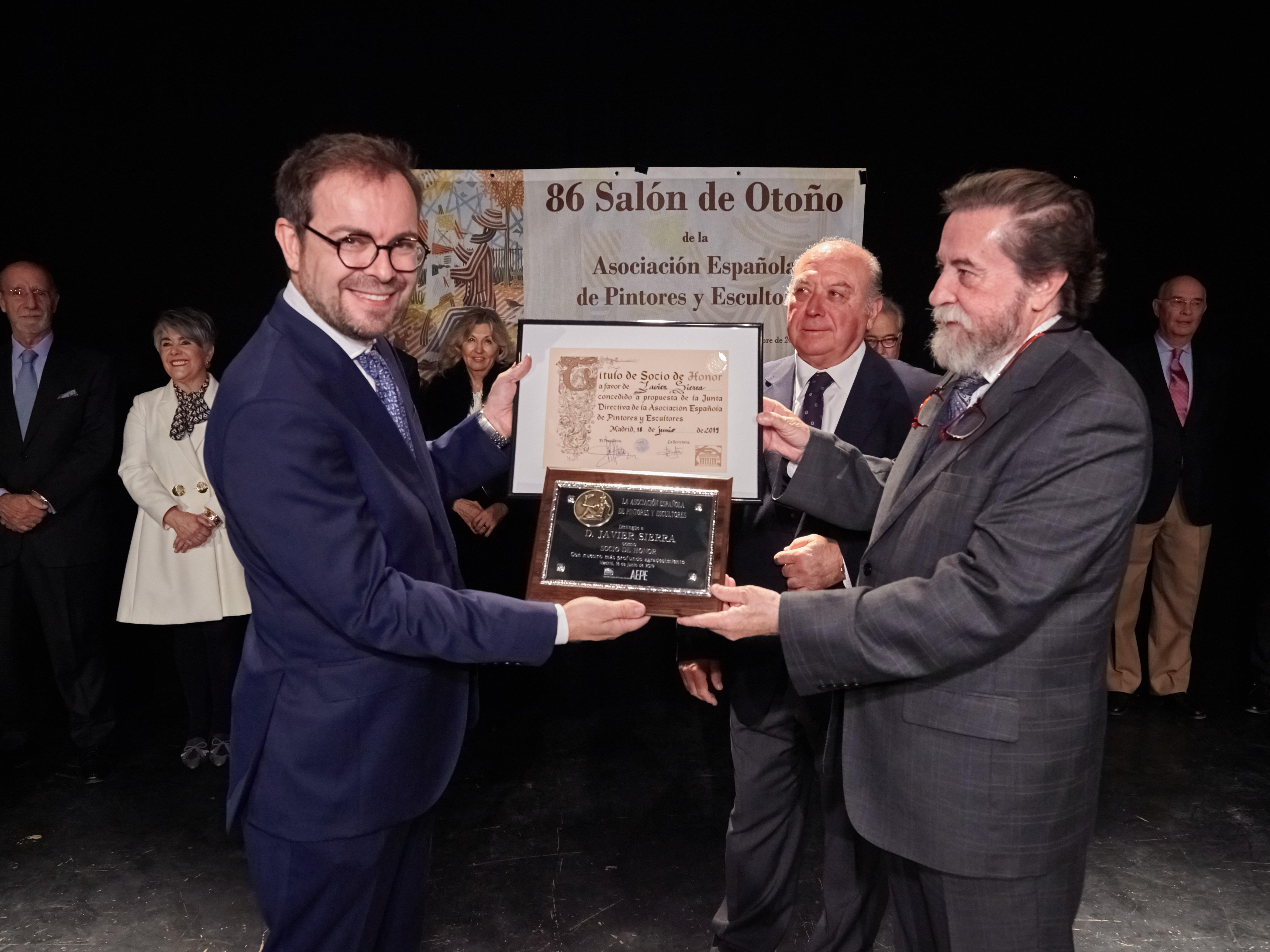 Javier Sierra recibe el premio de Socio de Honor de la Asociación Española de Pintores y Escultores