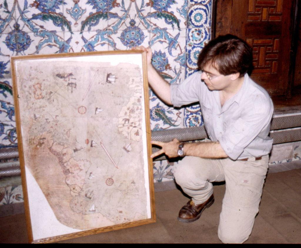 Javier Sierra con mapa Piri Reis
