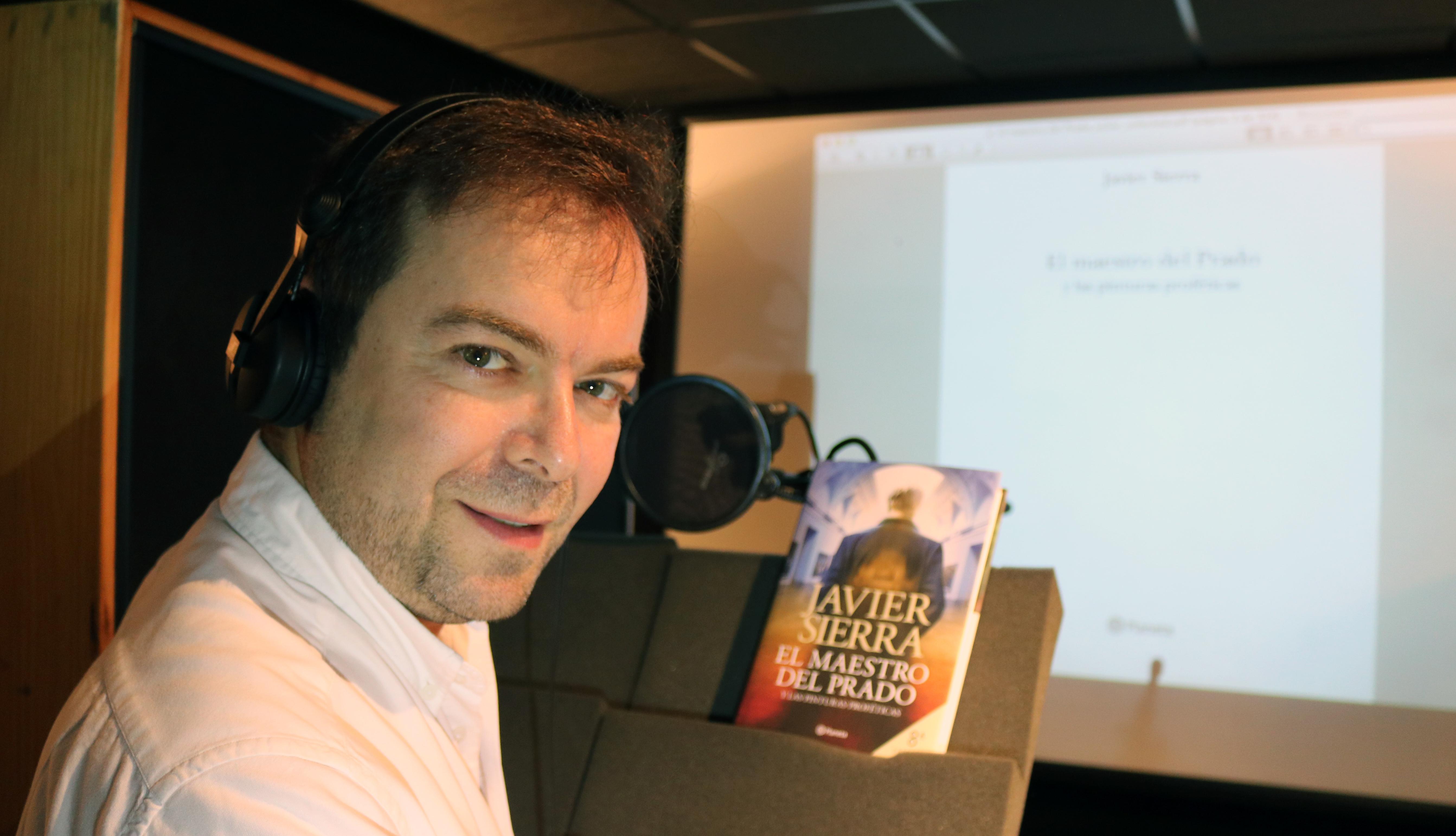 Javier Sierra grabando el audiolibro El Maestro del Prado